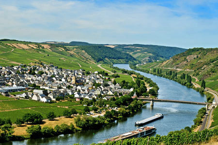 Trittenheim with narrow loop of the Mosel river (Mosel Valley)